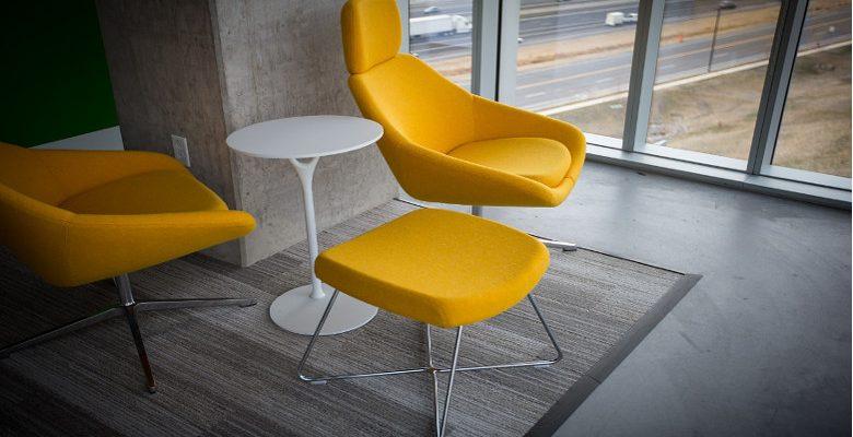 Aménagement de salon : pourquoi on aime les chaises en métal ?